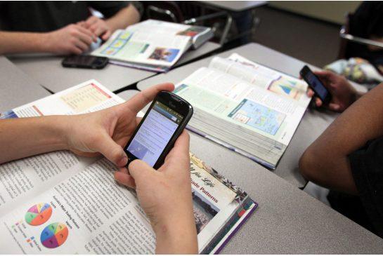 Students Using Smartphone